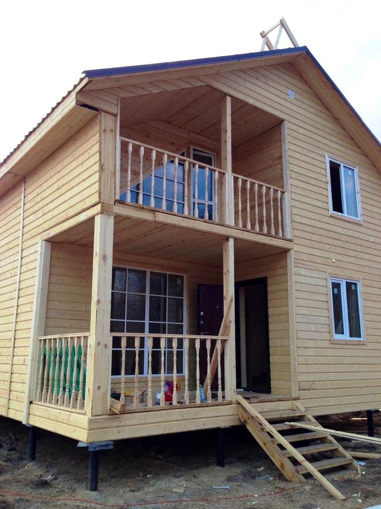 Полутораэтажный каркасный дом, размерами 8.0х9.0м с террасой.